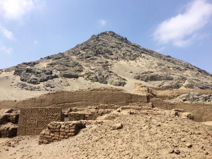 Tas de sable 2 (Huaca de la Luna) et montagne