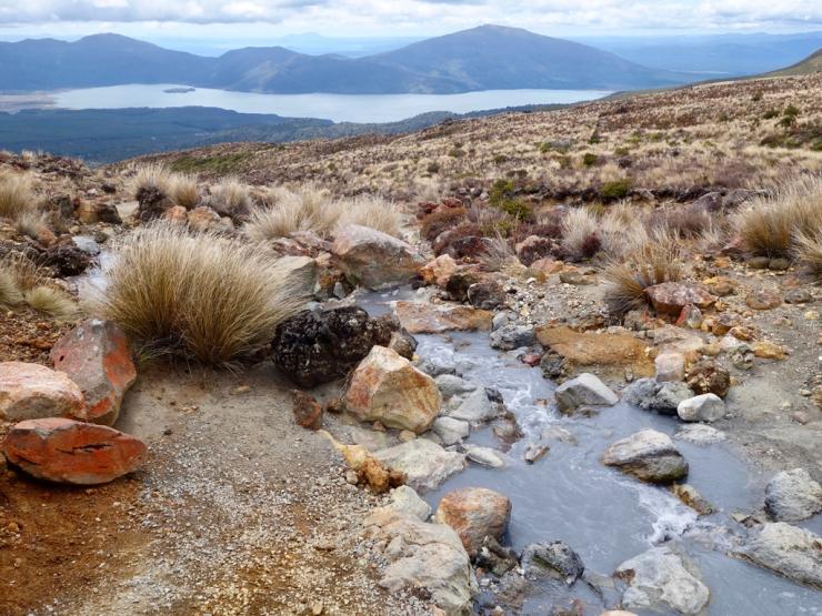 L'eau grise chargée de poussière volcanique